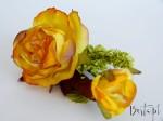 Róża na gałązce żółto-pomarańczowa